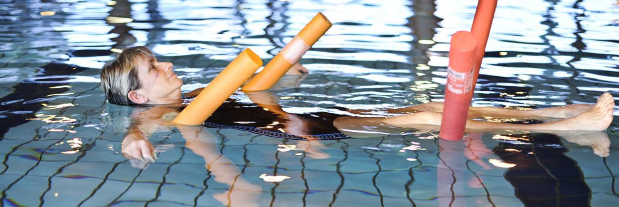 kvinne bader i basseng
