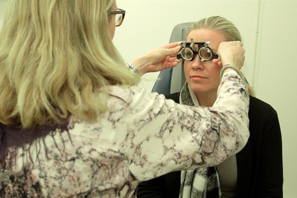 Optiker og pasient, synsmåling