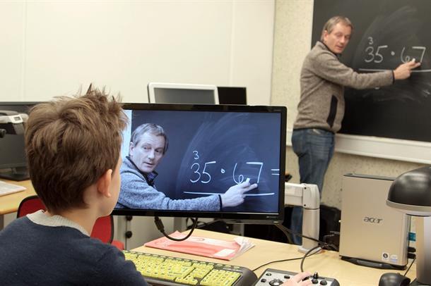 Elev ser på skjermen hva lærer skriver på tavlen.foto.