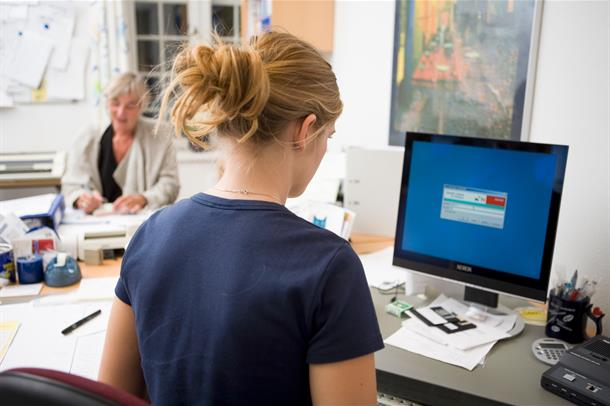 Foto: Dame foran PC-skjerm