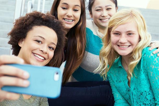 Gruppe med unge jenter tar selfie. Foto
