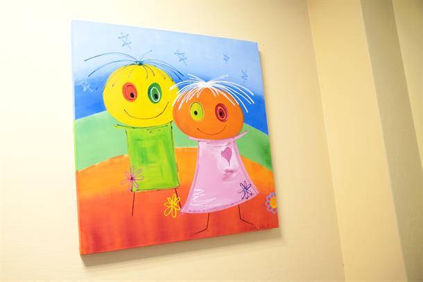 Barnemaleri på vegg. Foto