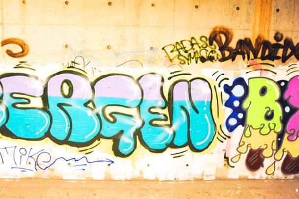 Grafittiskrift på betongvegg- Bergen by. Foto