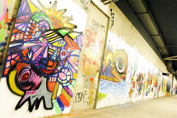 Grafittivegg i undergang. Foto