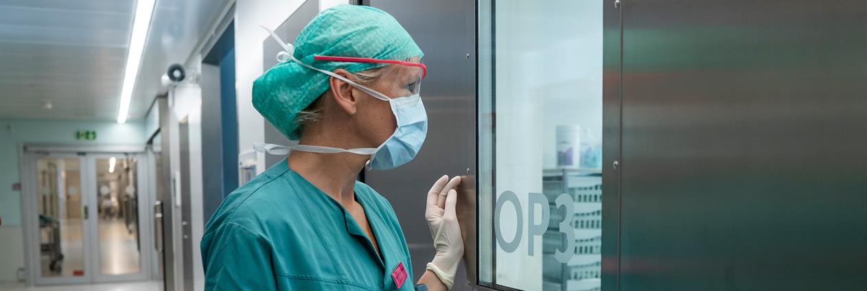 Photo: Nurse looks into operating room