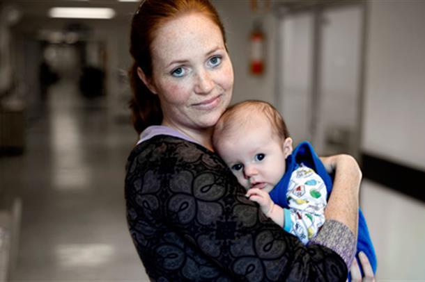 Mor held baby. Foto