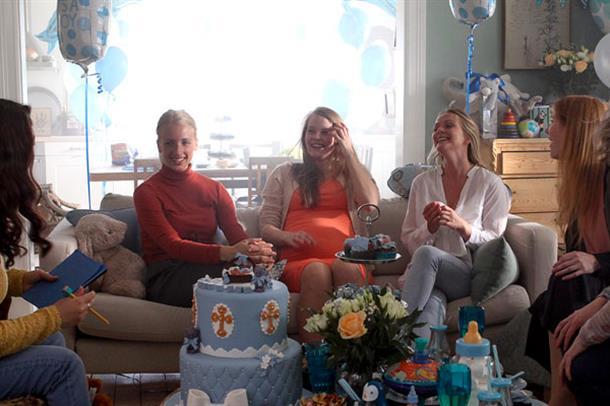 Unge kvinner på baby shower. Foto