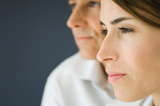 Kvinne og mann i profil. Foto
