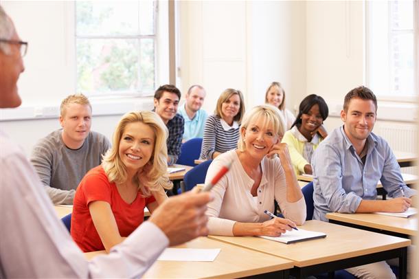 Personer som hører på en foreleser