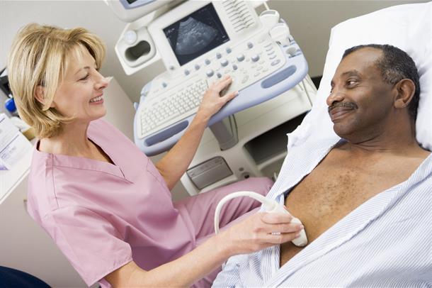sykepleier tar ultralyd av pasient