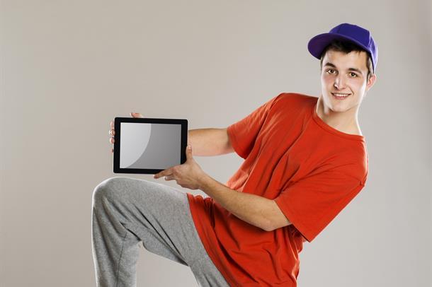 Ungdom med nettbrett