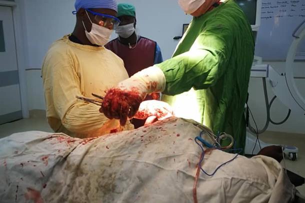 Yngvar Krukhaug ved operasjonsbordet.