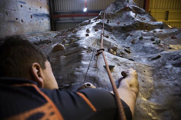 klatrer opp.foto