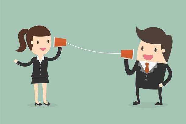Kvinne og mann i kontorklær snakker med hverandre  via blikkbokser med tråd mellom. Illustrasjon