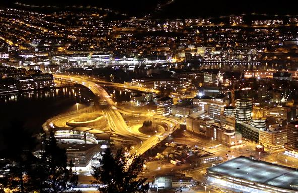 Utsikt over Nygårdsbroen i Bergen by night. Foto