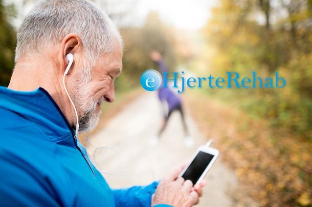 Eldre mann ser på mobil. Foto