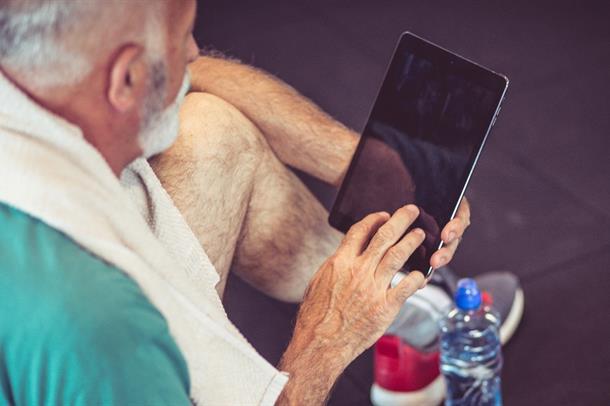 bilde:mann ser på nettbrett